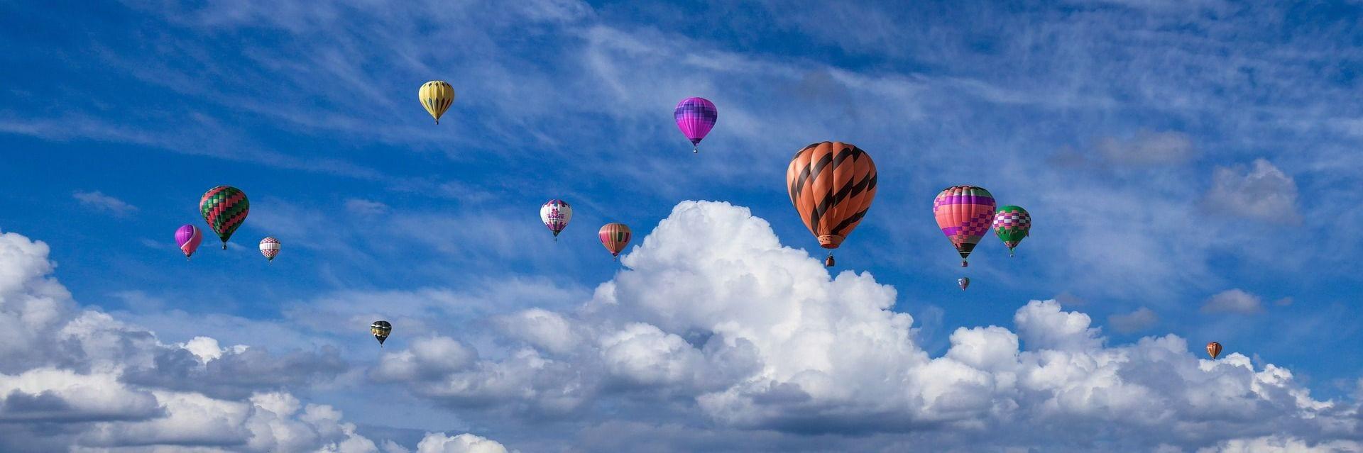 montgolfières dans le ciel, reve et voyage