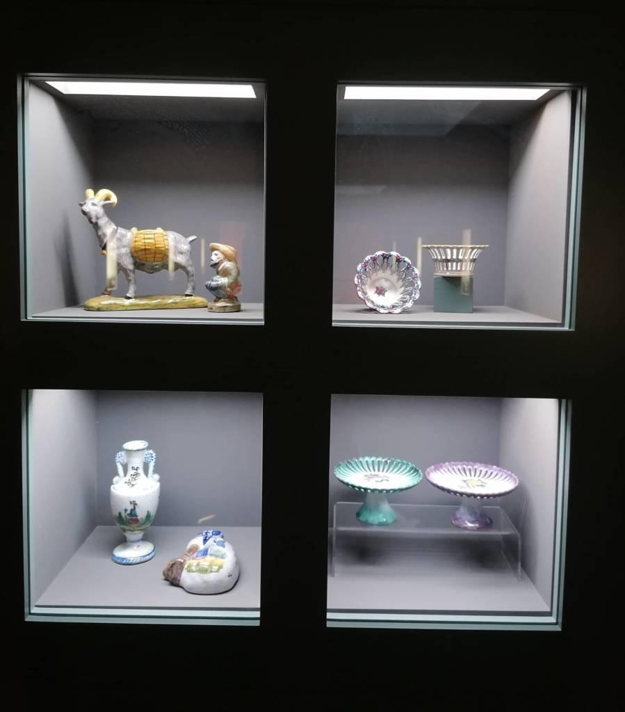 vitrines musee faience